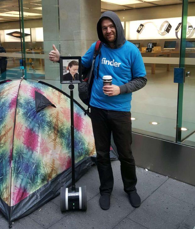 news-iphone6-robot-4 Australia: Robot w kolejce po iPhone'a 6S