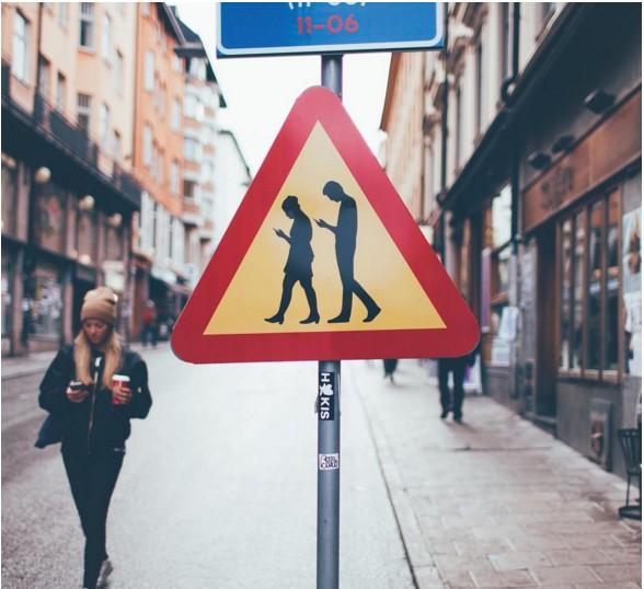 news-smartfony-znak_drogowy-3 Szwedzcy użytkownicy smartfonów doczekali się własnego znaku drogowego