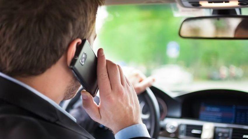 Coraz mniej kierowców korzysta z telefonu podczas prowadzenia pojazdu