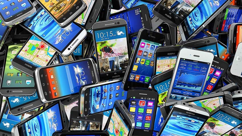 Globalny rynek smartfonów rośnie wolniej niż zakładano. Konsumenci coraz częściej wybierają tanie słuchawki
