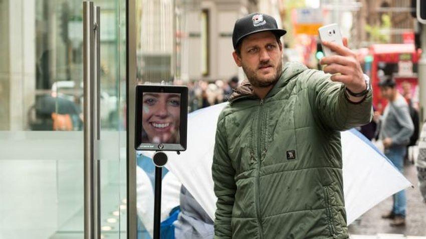 Australia: Robot w kolejce po iPhone-a 6S