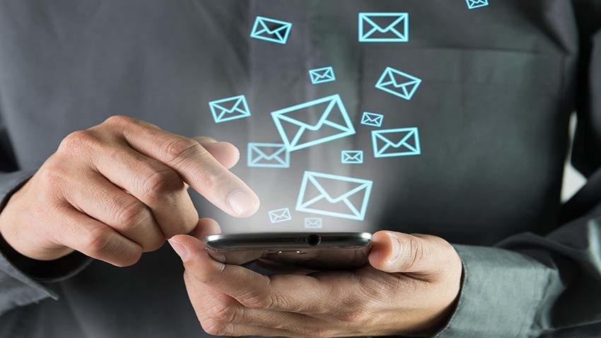 SMS-y wciąż popularne. Facebook Messenger dominuje wśród komunikatorów mobilnych
