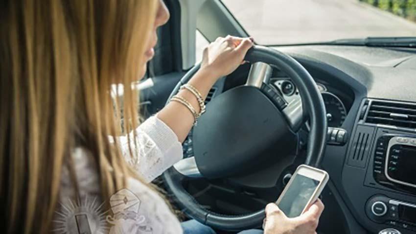 Polacy nie rozmawiają przez komórki za kierownicą