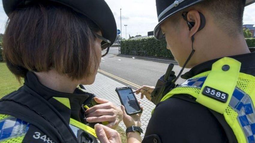 Smartfon zamiast notatnika - rewolucja w brytyjskiej policji