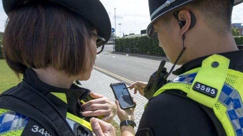 Photo of Smartfon zamiast notatnika – rewolucja w brytyjskiej policji