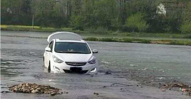 drive_into_river Wjechał do rzeki, bo tak pokierował go GPS