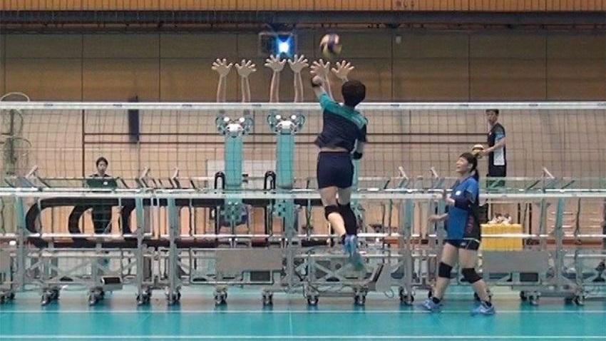 Photo of Japońskie siatkarki trenują z robotami