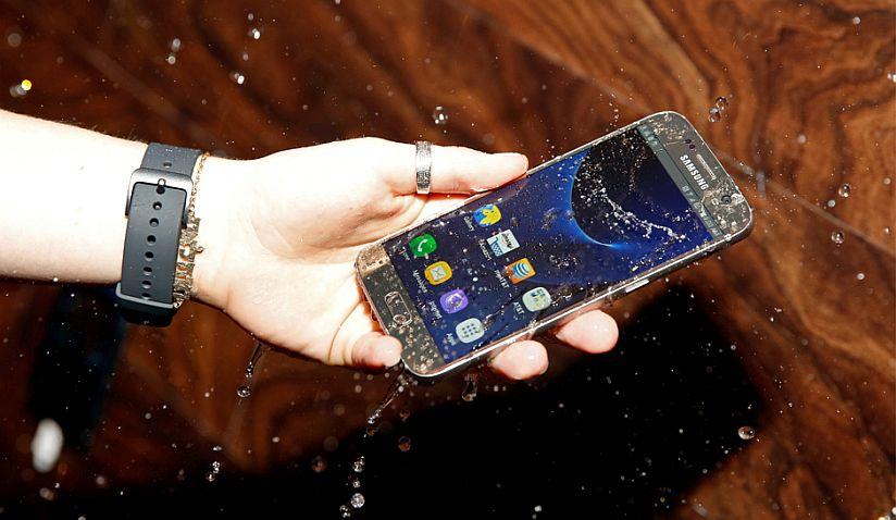 Samsung-Galaxy-S7-Waterproof-tested T-Mobile przygotowuje się na święta. Konkurs i spora obniżka Samsunga Galaxy S7