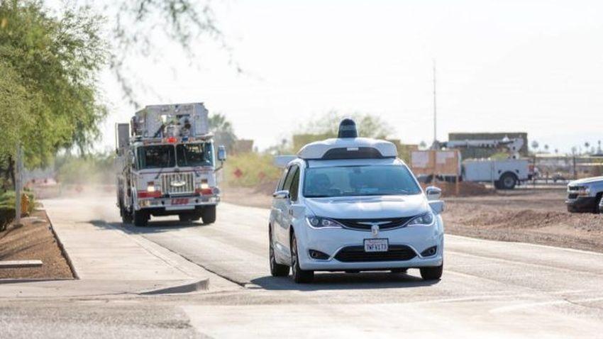 Photo of Samochody autonomiczne Waymo uczą się reagować na pojazdy służb ratowniczych